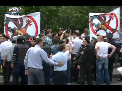 В Кишиневе народ сквозь полицейские кордоны закидал яйцами содомитов