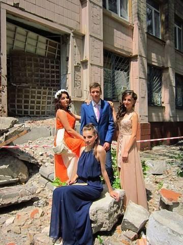 Выпускники 2015 года возле своей разбитой карателями школы N58. Донецк.