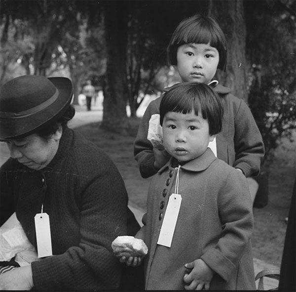 Японская семья, получившая специальные бирки перед переселением