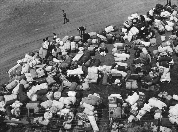 Сбор багажа депортируемых. Люди - отдельно, имущество - отдельно