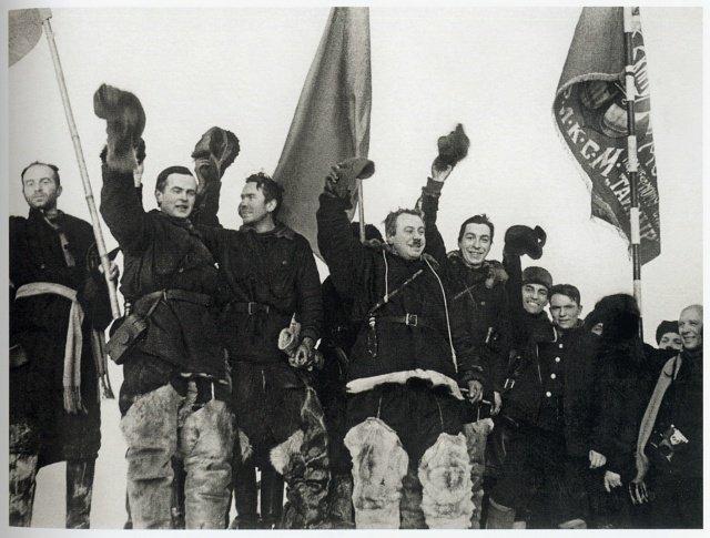 """Первая в мире полярная научно-исследовательская дрейфующая станция """"Северный полюс-1"""", принадлежащая СССР, начала работу 21 мая 1937 г."""