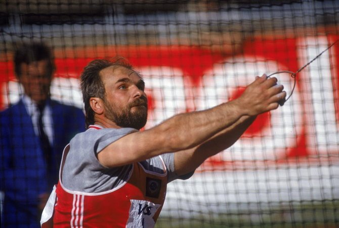 Russian athlete Yuri Sedykh competes in the hammer throw in Helsinki, 1990. (Photo by Mike Powell/Getty Images)