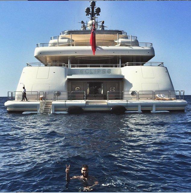 В своем микроблоге артист опубликовал фото яхты и себя, любимого, купающегося в средиземноморских водах рядом с посудиной. Фото: СОЦСЕТИ