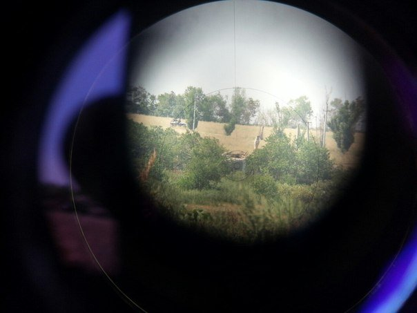 """Фото от """"Викингов"""": Белая каменка. 10.08.2015. Подбитый танк т-64бв ВСУ(фото). Один подбитый танк ушёл (на капремонт) и одна бмп-1 сгоревшая стоит в пасадке за танком. Под командованием командира 3мср Боцманом выдержали атаку без 200х."""