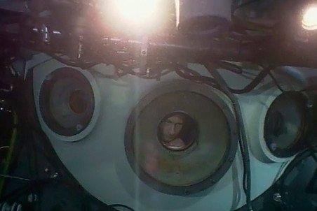 1 августа 2009 года. Глава правительства РФ Владимир Путин во время погружения на глубоководном аппарате «Мир-1» на дно озера Байкал. Снимок сделан с видеозаписи камеры, установленной на аппарате «Мир-2»