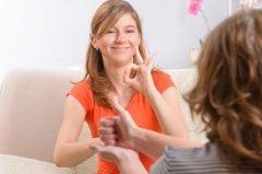 Хорошо, если бы каждый из нас знал хотя бы несколько слов на языке сурдоперевода, чтобы помочь глухим людям (Фото: Monika Wisniewska, Shutterstock)