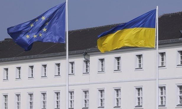ukrainskij-i-es-flagi