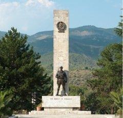 Памятник антифашистскому движению в Албании (Фото: ollirg, Shutterstock)