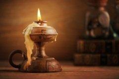 Все работы, какие возможно, нужно было переносить в дом и выполнять их при свете лучины или свечи (Фото: Stokkete, Shutterstock)