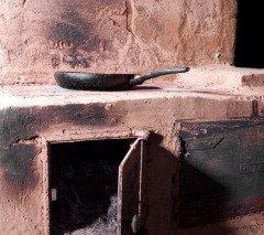 Считалось, что злые духи стараются сами проникнуть в избу, чтобы утащить угля из печи (Фото: Goldution, Shutterstock)