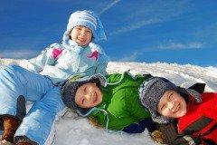 В этот день по свежему снегу кувыркались все - и стар, и млад (Фото: MaszaS, Shutterstock)