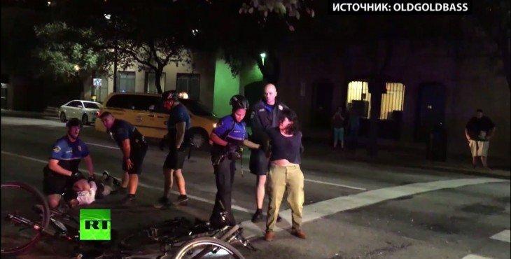 Американские полицейские избили пешехода за переход в неположенном месте