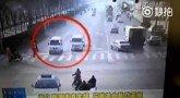 Неведомая сила опрокидывает машины в Китае Видео