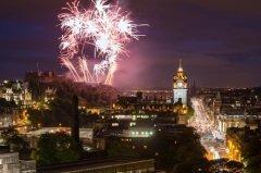 Фейерверк во время Хогманая в Эдинбурге (Фото: Andrea Obzerova, Shutterstock)