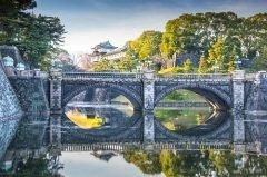 Перейдите великолепный мост Нидзю-баси и войдете в Императорский дворец в Токио (Фото: Sean Pavone, Shutterstock)