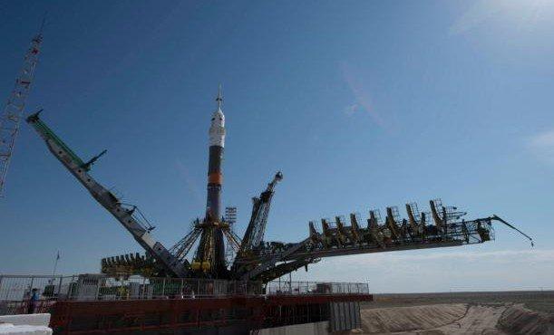 raketu-nositel-soyuz-fg-gotovyat-k-zapusku-na-kosmodrome-bajkonur