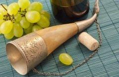 Язычники отмечают этот праздник распитием рога вина или бренди (Фото: AlexeiLogvinovich, Shutterstock)