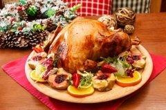 В некоторых местах главным украшением праздничного стола становится блюдо из индейки (Фото: Shebeko, Shutterstock)