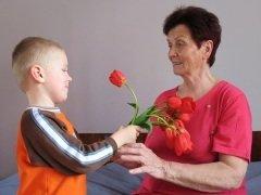 Внуки поздравляют своих бабушек с их «профессиональным» праздником (Фото: Photobank gallery, Shutterstock)