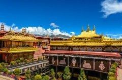 В столице Тибета Лхасе молебны Монлам Чхенмо совершаются в Джокханге — одном из старейших храмов города (Фото: Jixin YU, Shutterstock)