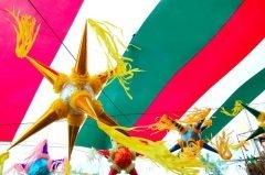 Карнавальные дни проходят в обстановке красочных и шумных уличных парадов (Фото: holbox, Shutterstock)
