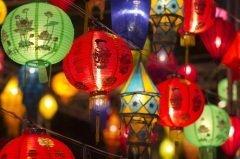 Еще в 10 веке в Китае распространился обычай зажигать в эту ночь красочные фонари (Фото: Toa55, Shutterstock)
