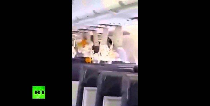 Кадры из салона самолета, который после взрыва летел с дырой в фюзеляже