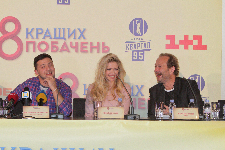 На премьере. Актеры и режиссер были в прекрасном настроении.