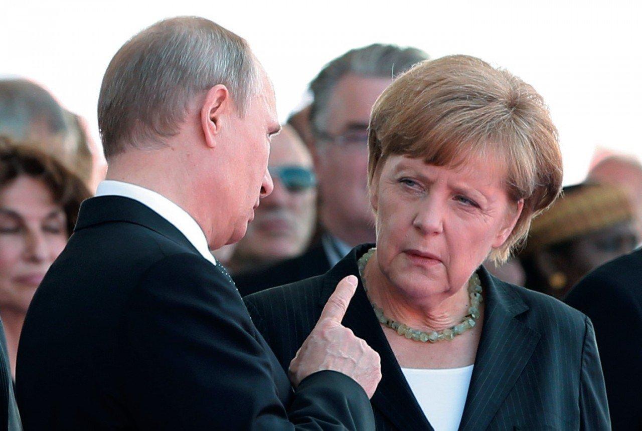 Путин обсудил с Меркель по телефону разведение сил в Донбассе