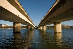 Мост Содружества наций, проложенный через озеро Burley Griffin, в Канберре (Фото: Phillip Minnis, Shutterstock)