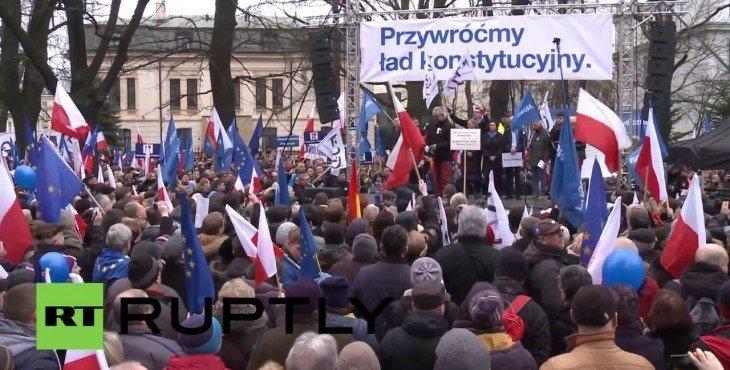 Более 50 тыс. человек вышли на улицы Варшавы, протестуя против действий польского правительства