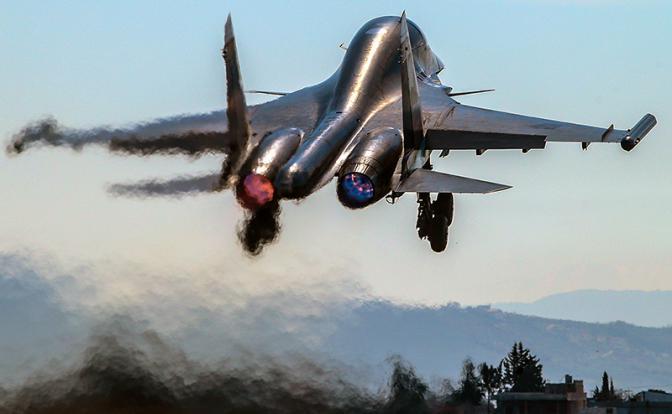 Взлет многофункционального истребителя-бомбардировщика Су-34 на аэродроме авиабазы «Хмеймим» (Фото: Валерий Шарифулин/ТАСС)