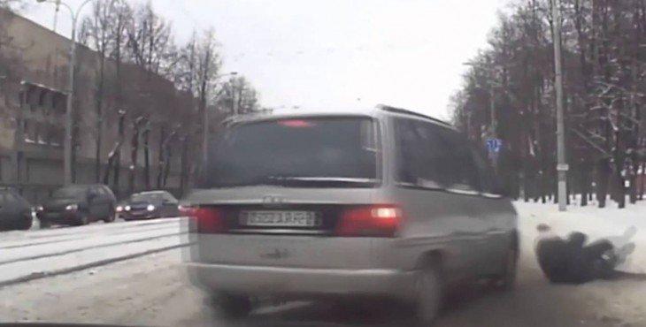 В Витебске милиционер спас ребёнка, заслонив собой от машины – Видео