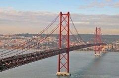 Мост 25 апреля в Лиссабоне (Фото: Arseniy Krasnevsky, Shutterstock)