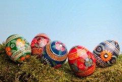 С высокой горы катают крашенные яйца (Фото: Anyka, Shutterstock)