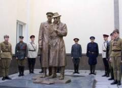К 90-летию угрозыска Украины открыт памятник «Место встречи изменить нельзя» (Фото: foto.delfi.ua)