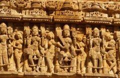 Короли и танцующие апсары, рельеф на стене древнего храма в Индии (Фото: olly, Shutterstock)