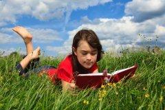 Нет ничего лучше увлекательной книги! (Фото: Jacek Chabraszewski, Shutterstock)
