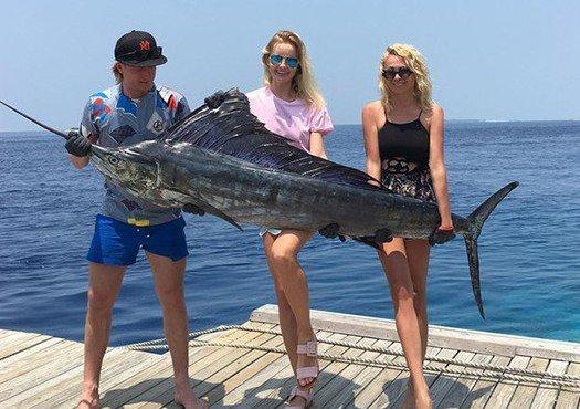 Гигантскую рыбину Женя смог поднять только с помощью Яны и ее подруги, Фото: @rudkovskayaofficial