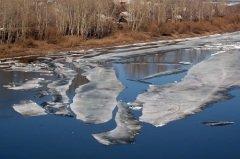 ... а по реке уже вовсю несутся льдины... (Фото: Sergei Butorin, Shutterstock)