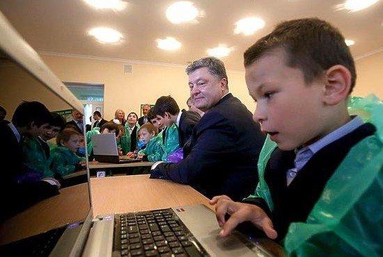 Фото потрепанного Порошенко с мальчиками в целлофане высмеяли в соцсетях