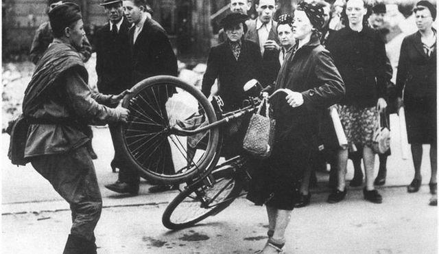 Кругом вранье, или «Советский солдат отбирает у немки велосипед»
