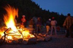 Главная традиция, приуроченная к Ивановой ночи, - разжигание костров (Фото: Pavel Ilyukhin, Shutterstock)