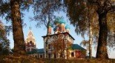 Православные христиане в этот день украшают дома и храмы зелеными веточками березы (Фото: В.Прокофьев, www.hraam.ru)