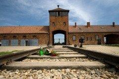Главный вход в концентрационный лагерь Аушвиц (Фото: Wiktor Bubniak, Shutterstock)