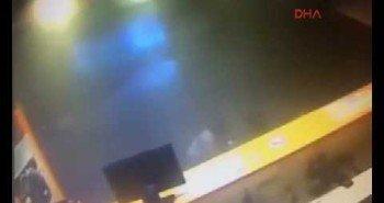 Взрывы в аэропорту Стамбула. Съемка камер слежения — Видео.
