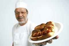 Покупайте наш большой горячий хот-дог! (Фото: Pinkcandy, Shutterstock)