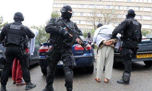 frantsuzskaya-politsiya-zaderzhala-troikh