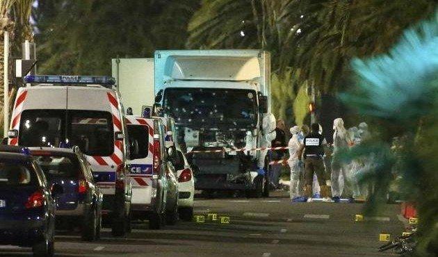 Террорист на грузовике проехался по толпе людей в Ницце