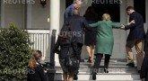 Хилари Клинтон падает на ступеньках своего дома